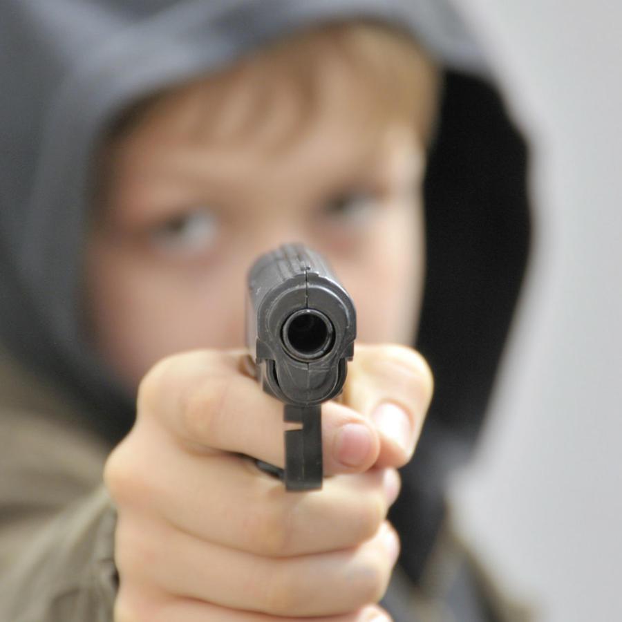 niño disparando
