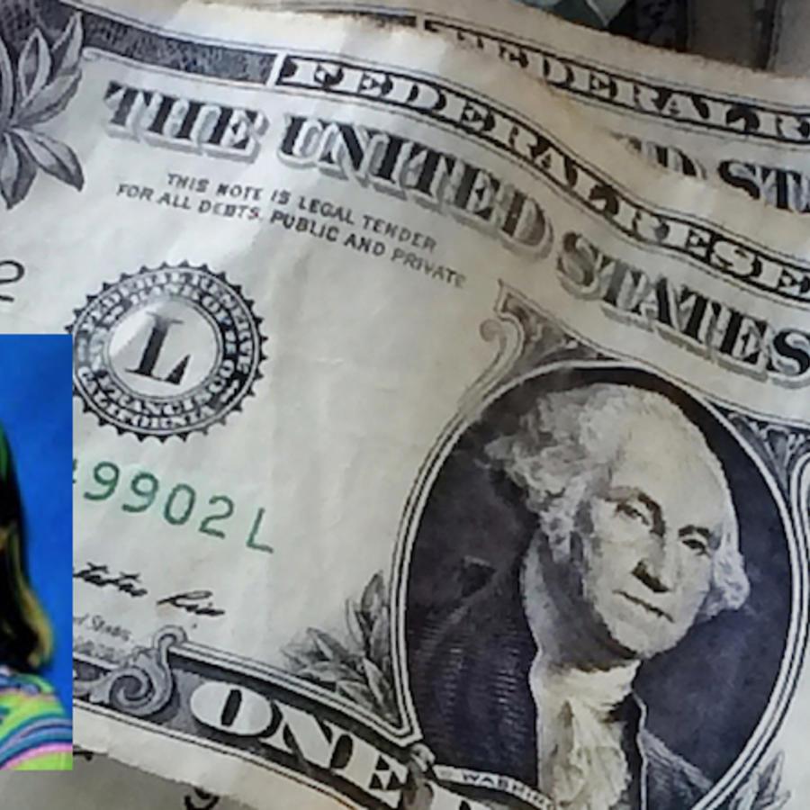 Billetes de un dólar, en una imagen de archivo. En la esquina, una foto policial de Mikelle Biggs.