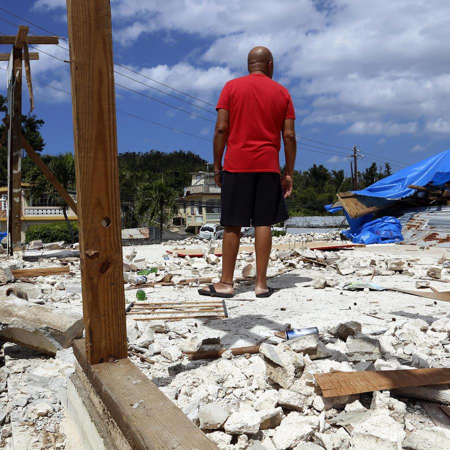 Un hombre observa los escombros de su casa destrozada por el paso del huracán María, el martes 20 de marzo de 2018, en Dorado, Puerto Rico