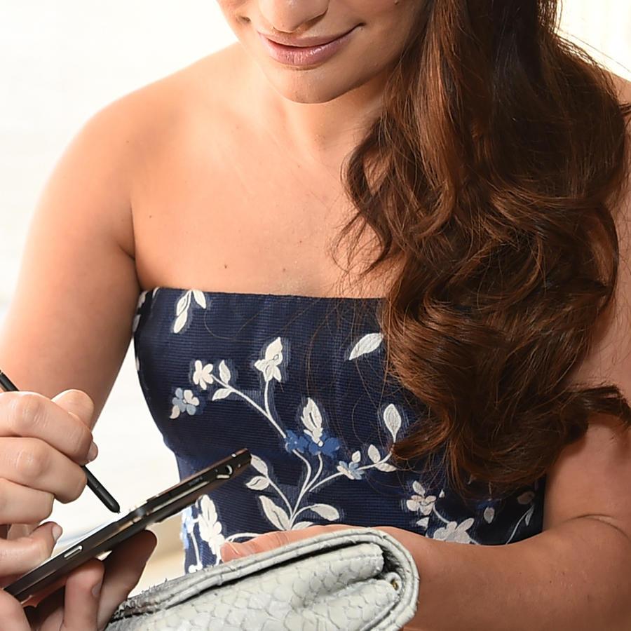 Una mujer escribe en un dispositivo electrónico, en una imagen de archivo.