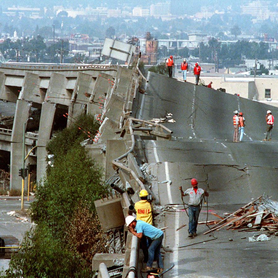 Daños en la carretera 888 en Oakland (California) tras el terremoto de octubre de 1989.