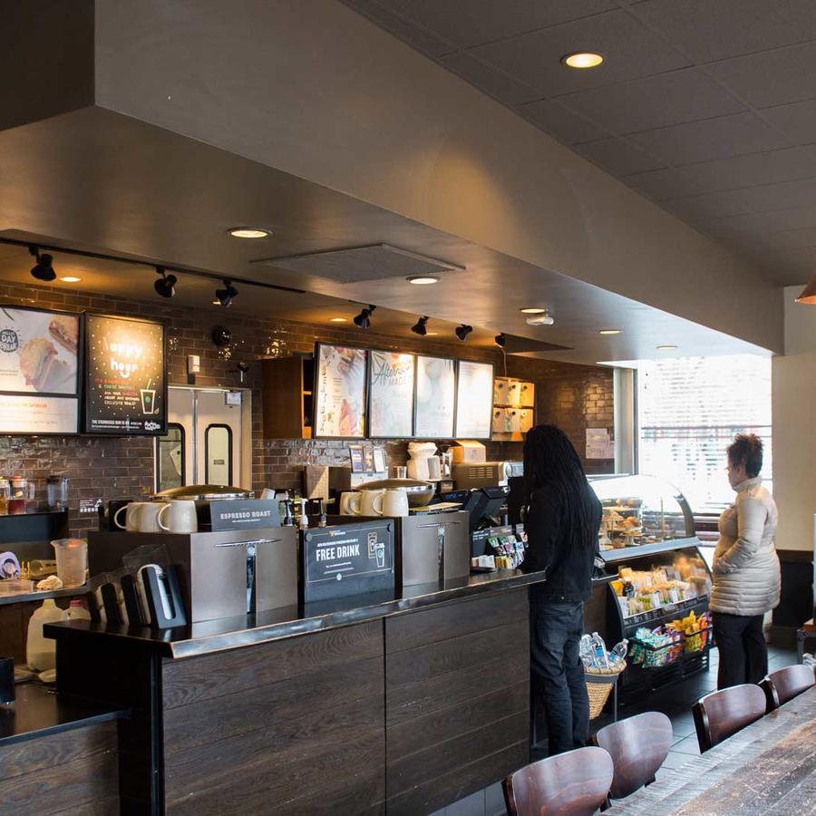 Clientes hacen fila en Starbucks