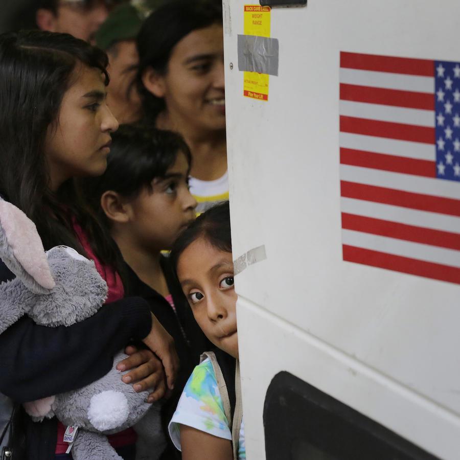 Jóvenes inmigrantes de El Salvador y Guatemala tras ser liberados de un centro de detención en San Antonio, Texas, el 7 de julio de 2015.