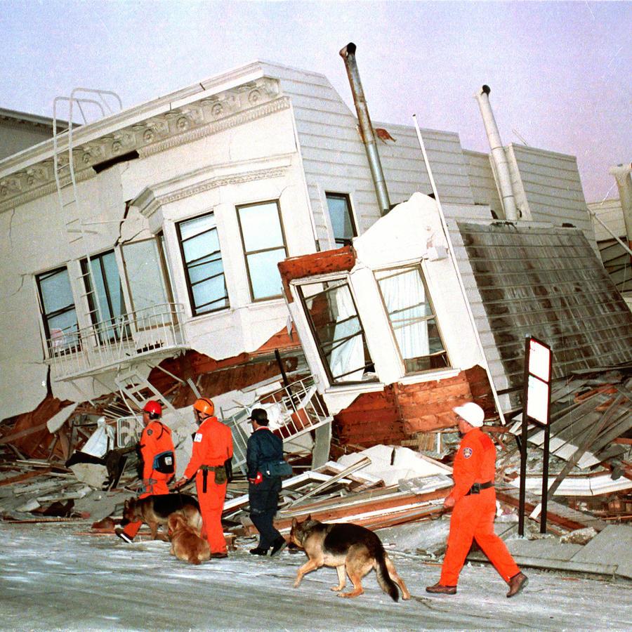 Trabajos de rescate en viviendas de San Francisco tras el terremoto de 1989.