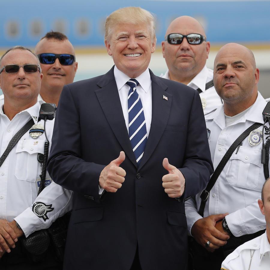 El presidente, Donald Trump, junto a policías en Weste Palm Beach, Florida, el 22 de abril.