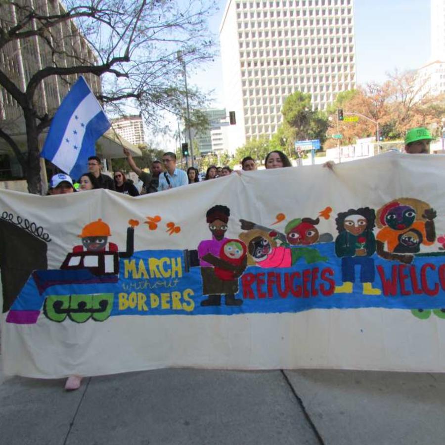 Un grupo de activistas, jóvenes, inmigrantes, líderes de fe, refugiados y ciudadanos iniciaron la Marcha sin Fronteras de Los Ángeles al cruce fronterizo para dar su apoyo a la caravana de refugiados Vía Crucis