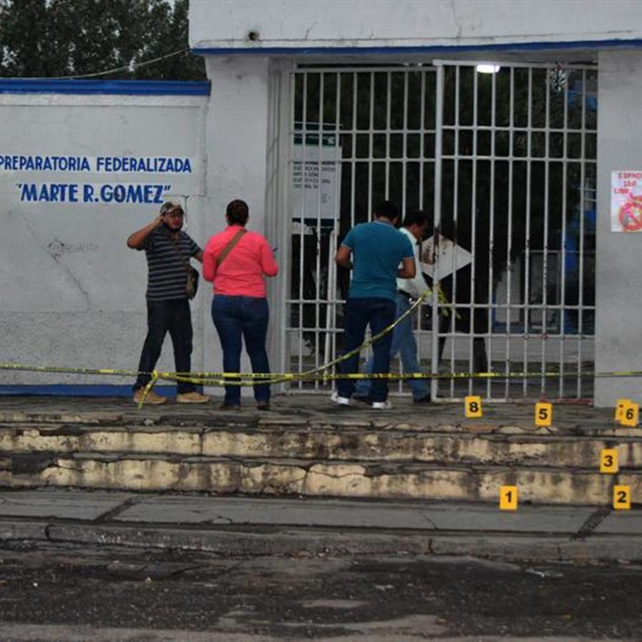 Peritos investigan frente a una escuela de bachillerato de Ciudad Victoria hoy, martes 24 de abril de 2018, en el estado de Tamaulipas (México)