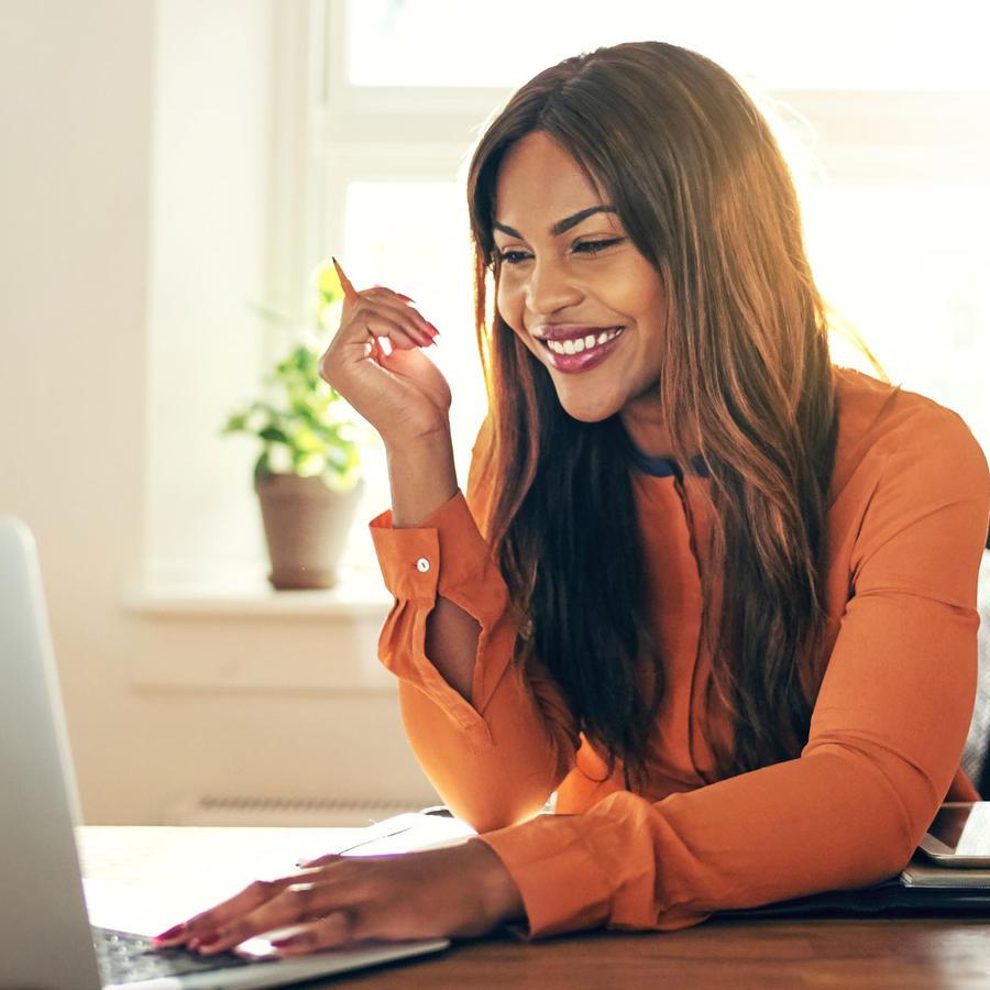 Mujer trabajando con computadora, en su casa
