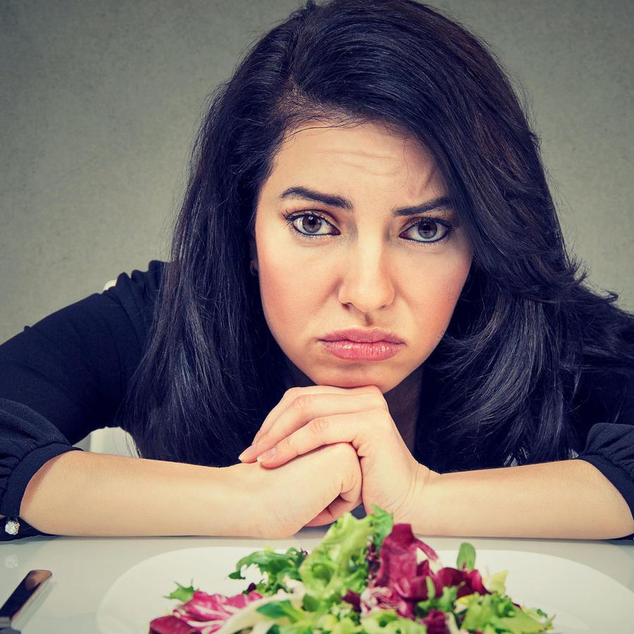 Mujer triste haciendo dieta