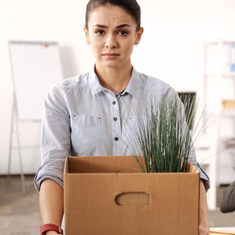Mujer con caja dejando su trabajo
