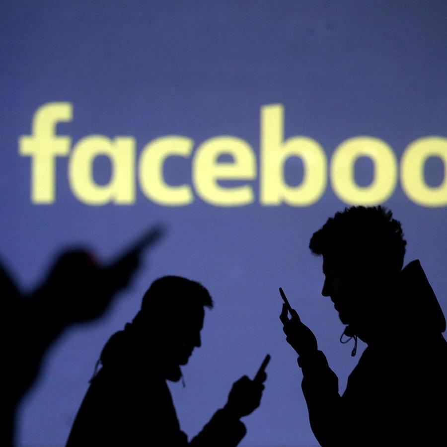 Siluetas de usuarios junto al logo de Facebook, en una imagen capturada en marzo de 2018.