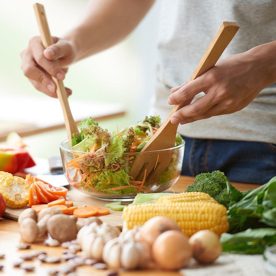 Hombre preparando ensalada
