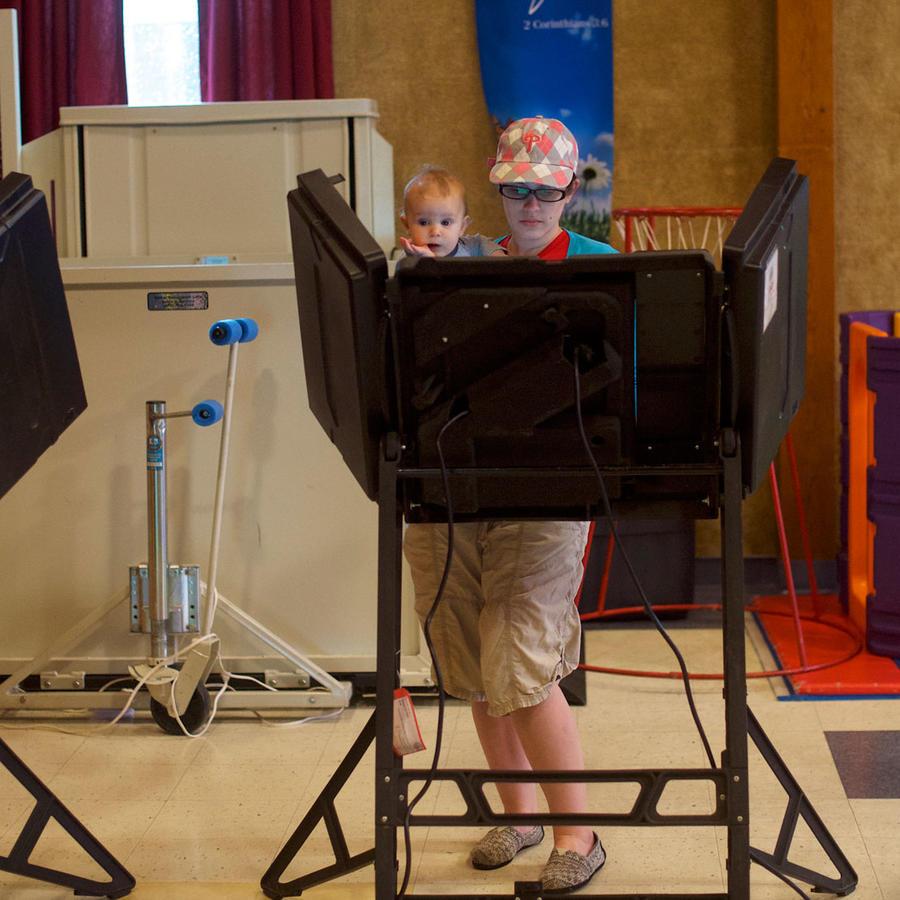 Mujeres votando en las elecciones primarias de Pensilvania