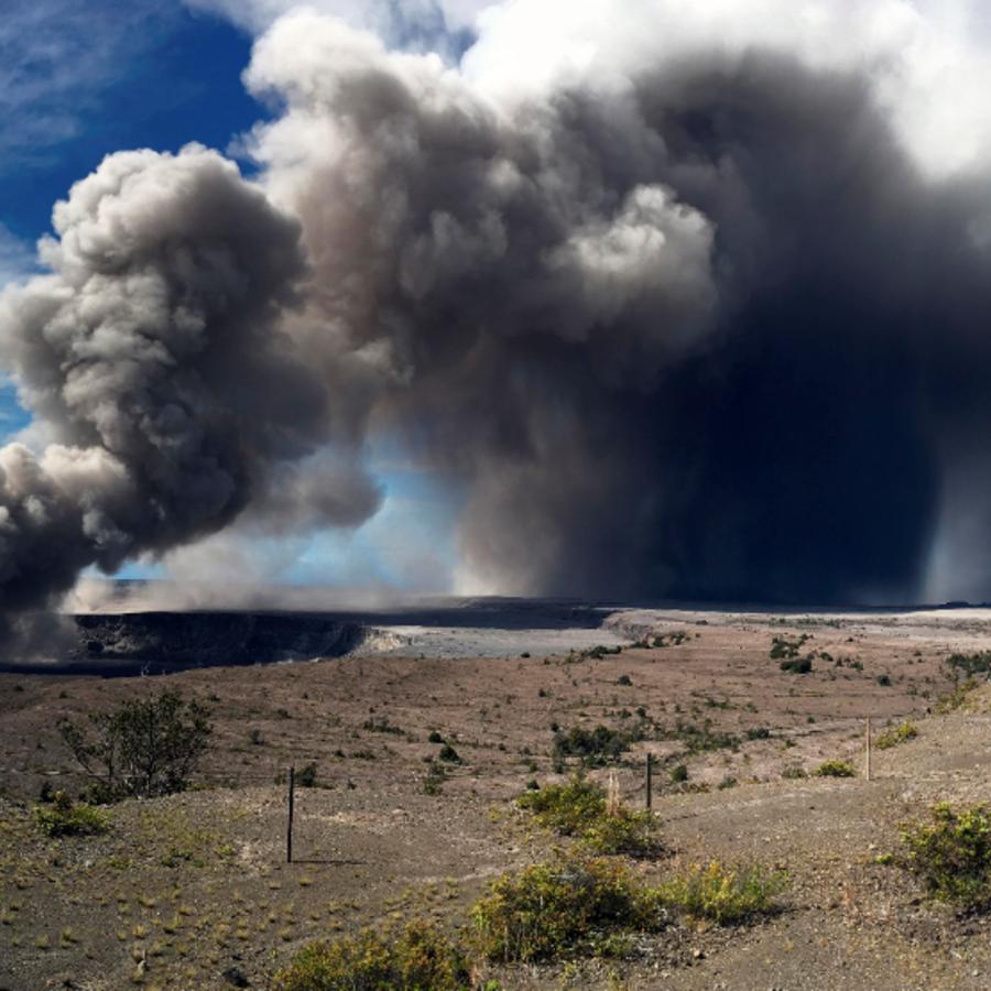 La erupción de ceniza del volcán ha aumentado su intensidad.