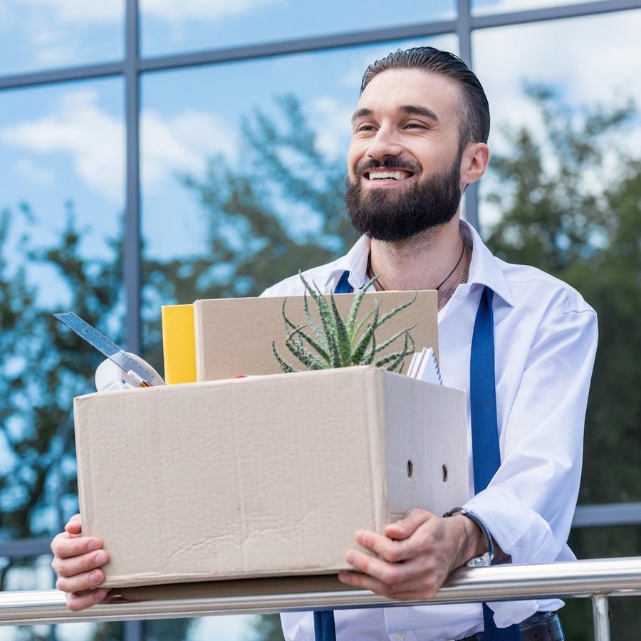 Hombre con caja con sus pertenencias