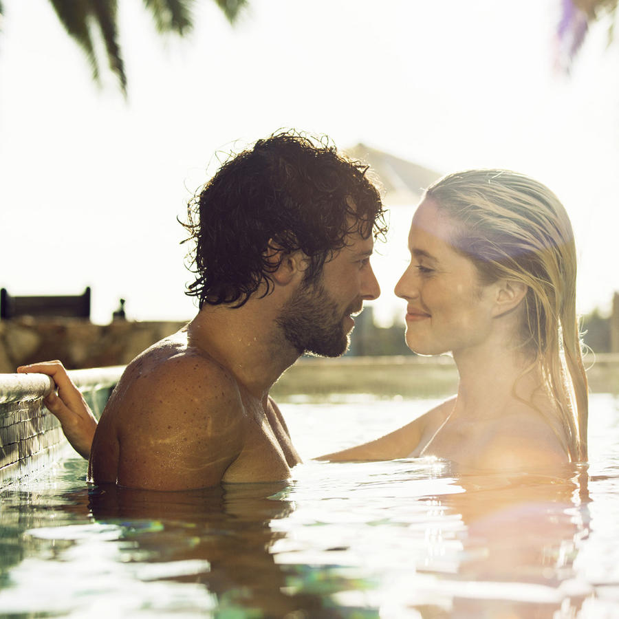 Pareja en la piscina