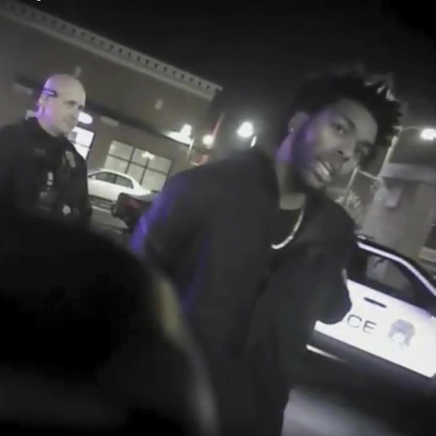 Sterling Brown, jugador de la NBA, durante un enfrentamiento con la policía de Milwaukee