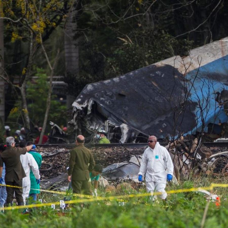 Investigadores forenses del avión accidentado en La Habana.