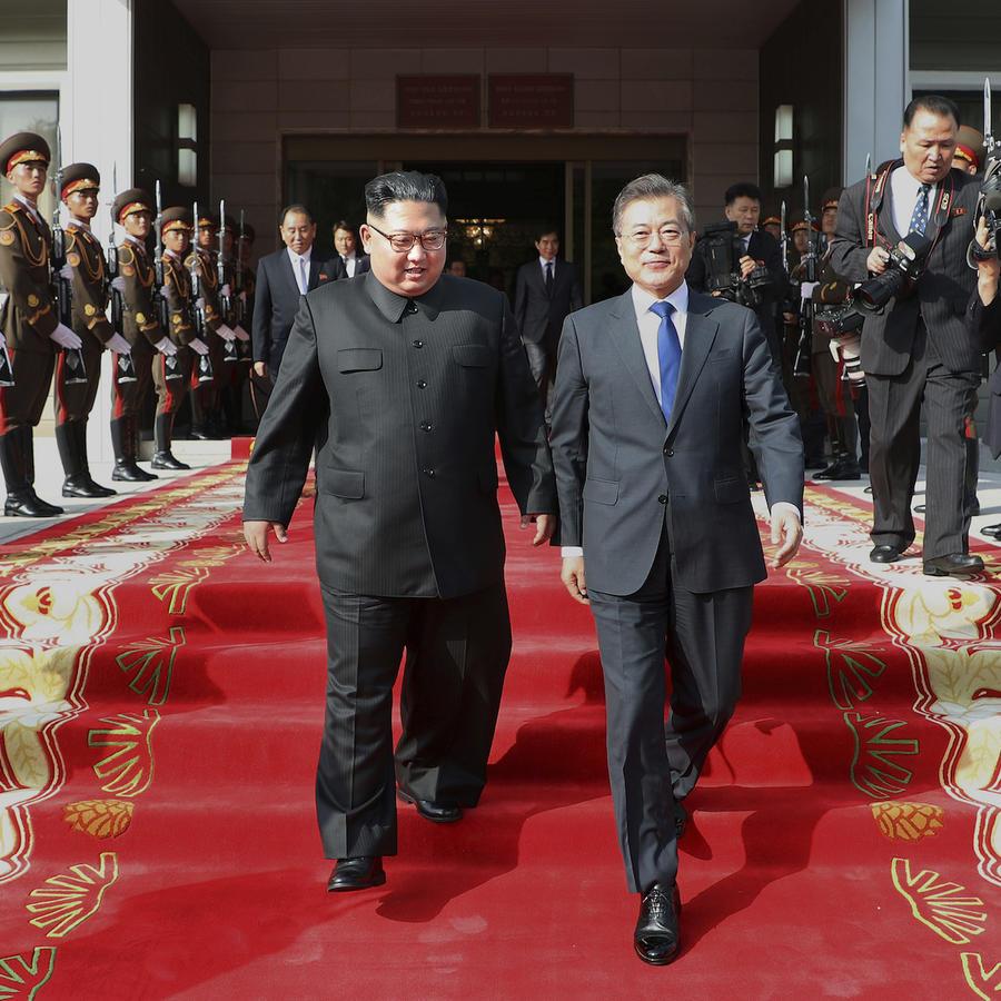 El líder de Corea del NorteKim Jong Un, a la izquierda, y el presidente de Corea del sure, center left, Moon Jae-in, a la derecha, tras su reunión en Panmunjom , Corea del Norte, el 26 de mayo de 2018.
