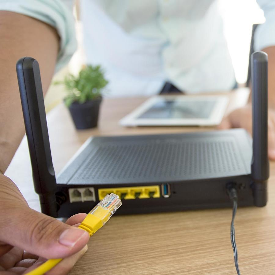 Persona conectando un router
