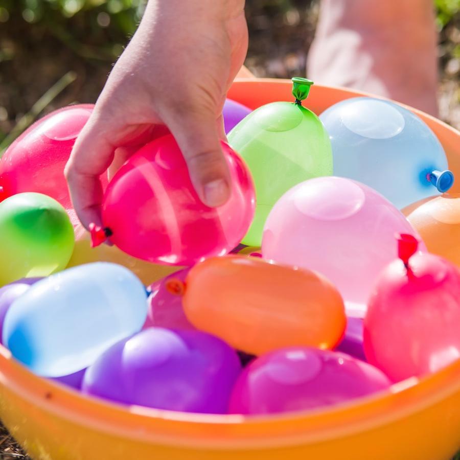 Globos de agua de colores sobre césped