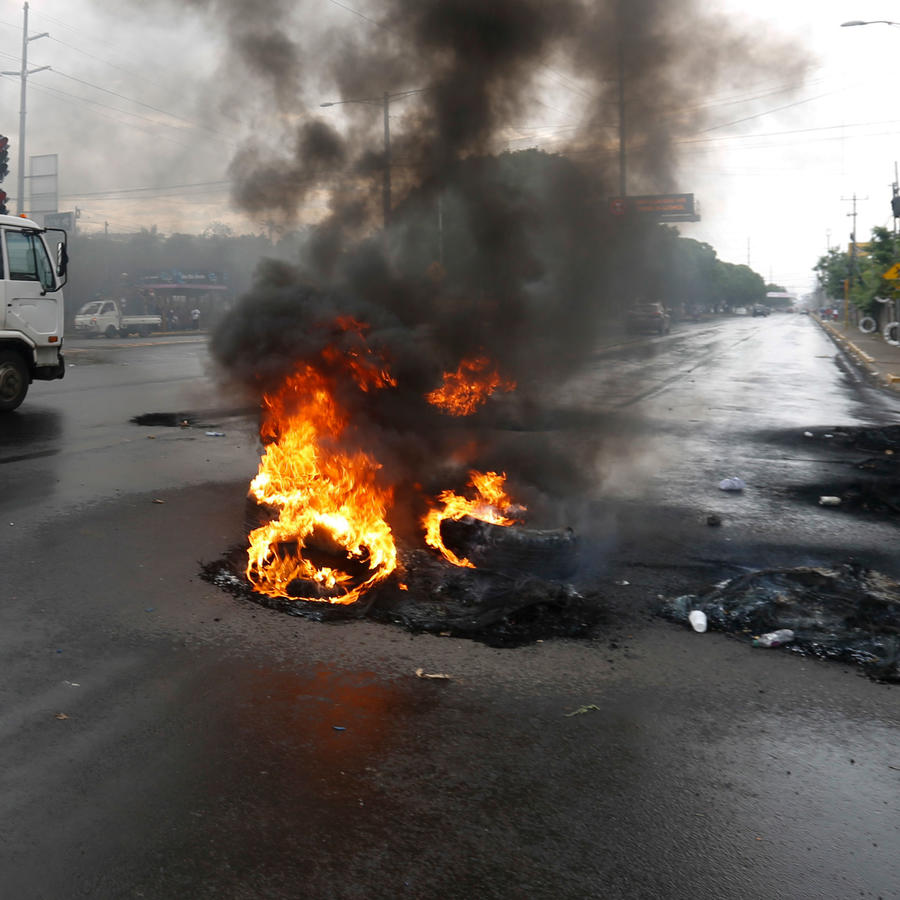 Fuego en protestas en Nicaragua en una imagen de archivo
