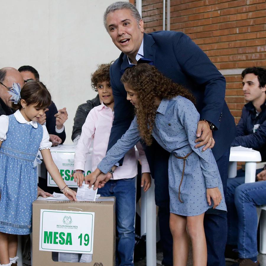 El candidato presidencial Iván Duque deposita su voto en Bogotá