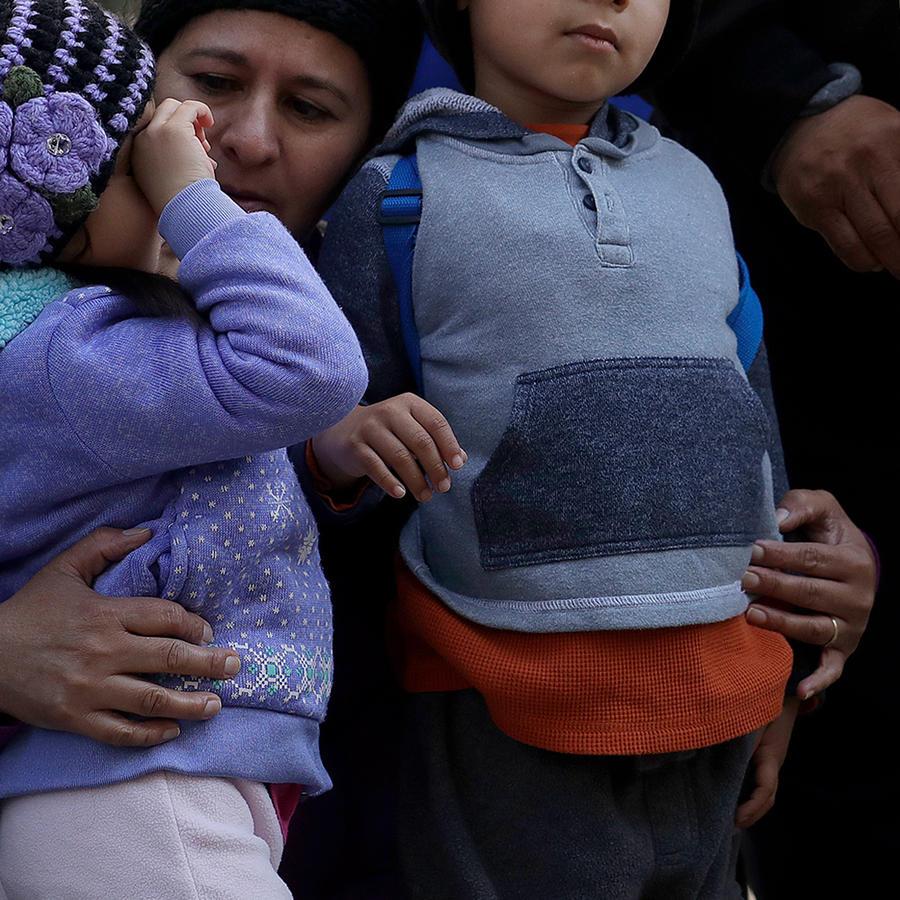 Familia inmigrante en una protesta