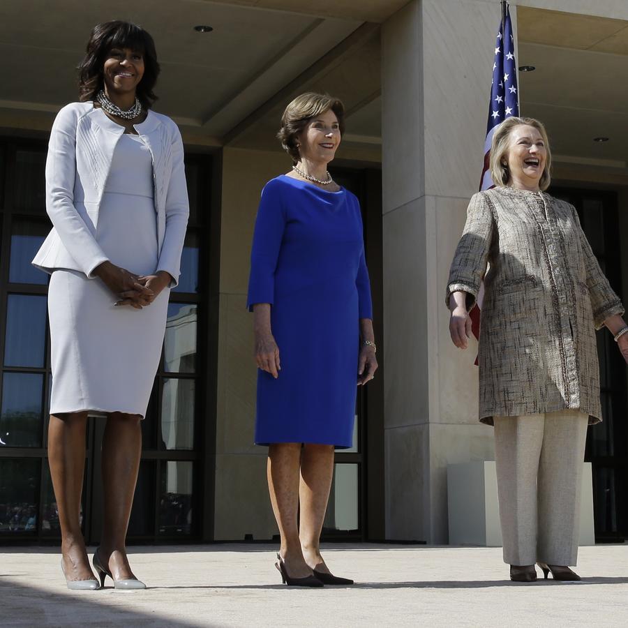 Las ex primeras damas Michelle Obama, Laura Bush y Hillary Clinton  durante un evento en el George W. Bush Presidential Center, en Dallas, en abril de 2013.