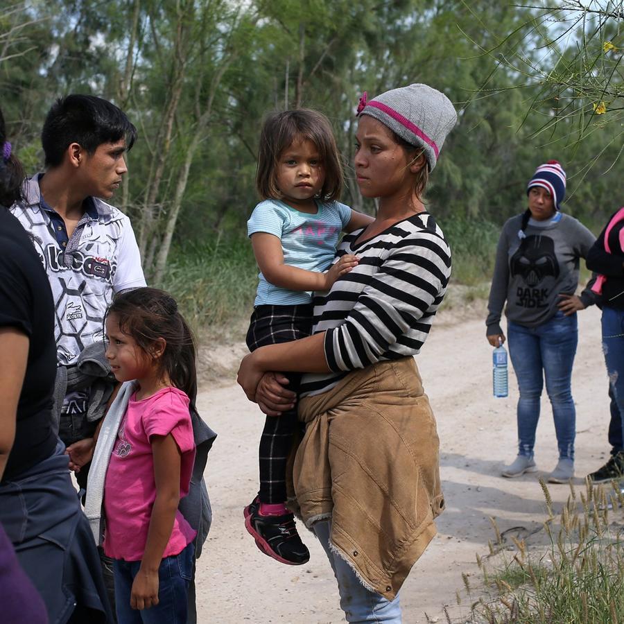Familias de inmigrantes con sus hijos en el cruce de la frontera en McAllen, Texas, en una imagen del 9 de mayo