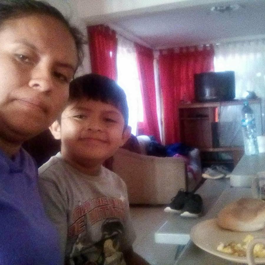 Blanca Orantes López posa con su hijo Abel Alexander