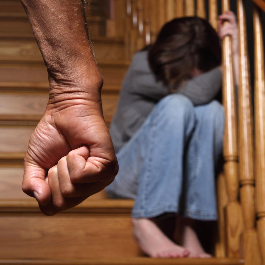 Padre tortura a su hija
