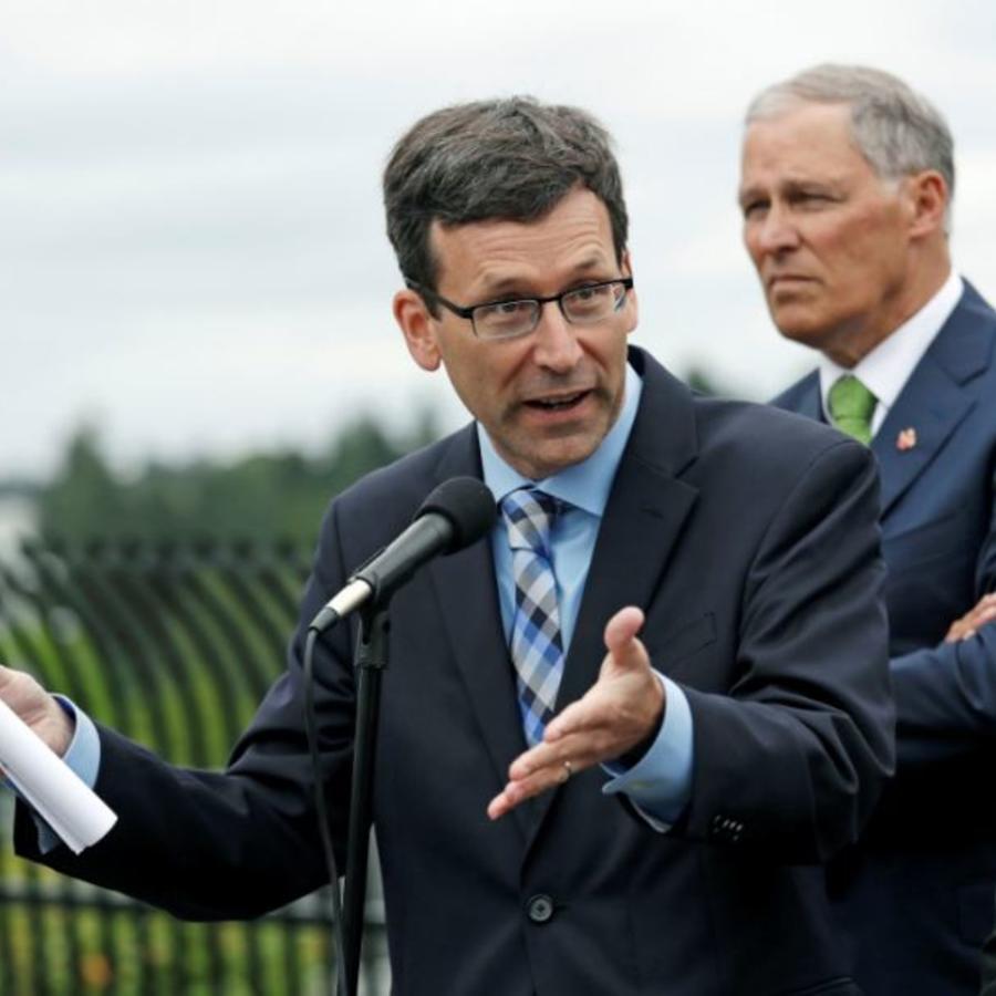 El fiscal general de Washington, Bob Ferguson, este jueves junto al (izquiera) gobernador de Washington, Jay Inslee,anuncian la demanda contra la administración Trump.