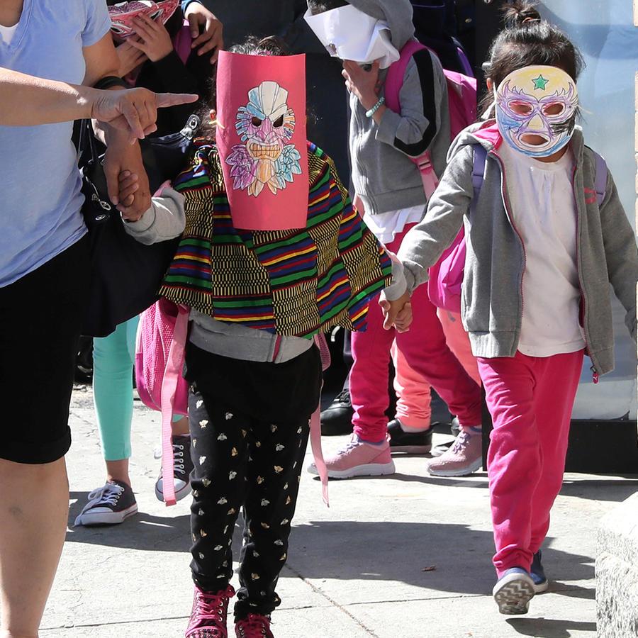 Niños inmigrantes separados de sus padres abandonan el Centro Cayuga en New York City el 21 de junio de 2018. Los niños cubren sus rostros con máscaras, porque por ser menores de edad no pueden ser fotografíados sin autorización de sus padres.