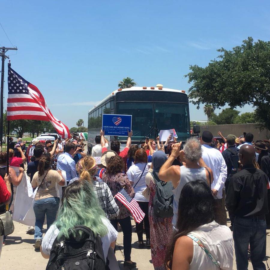 Protestas en McAllen ante un autobús repleto de niños separados de sus familias
