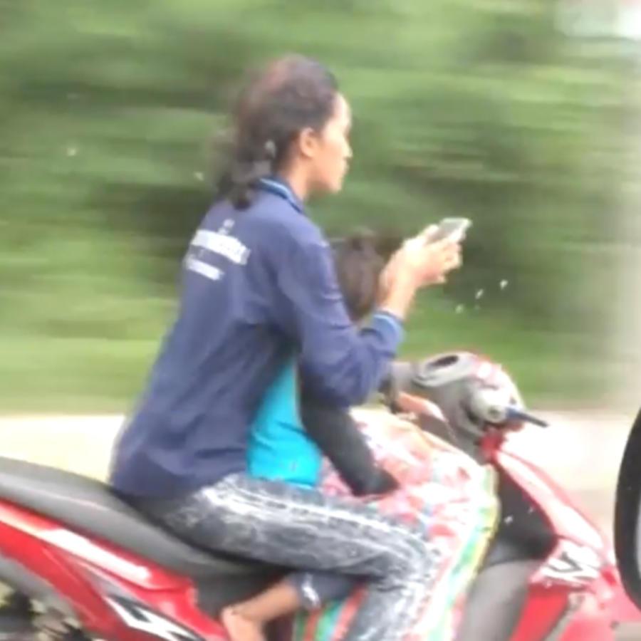 mujer en moto