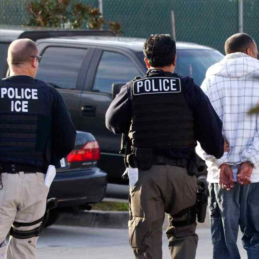 Agentes de ICE realizan redada a inmigrantes indocumentados en una imagen de archivo.