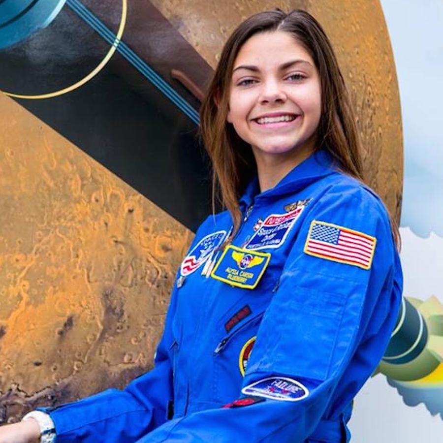 Alyssa Carson con traje de astronauta
