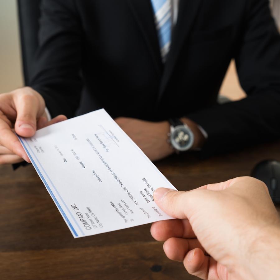 Empleador pagando a su empleado