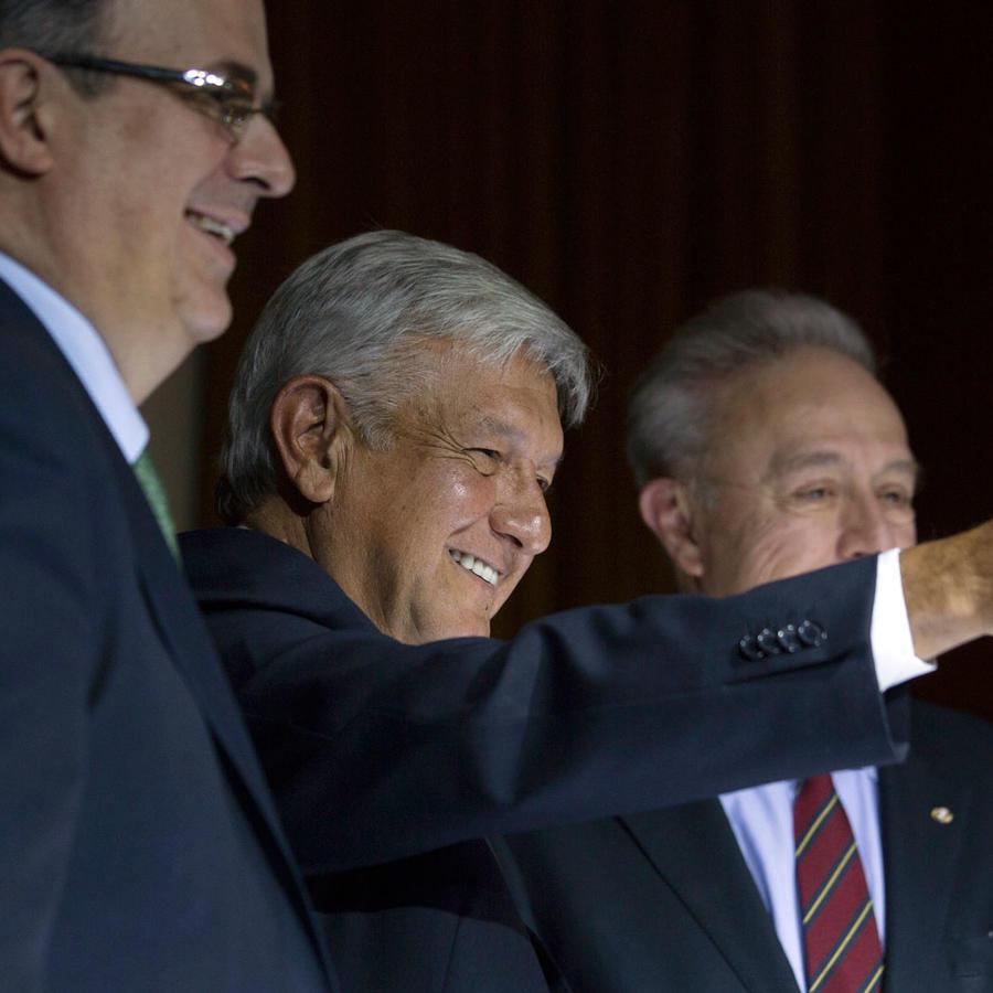 El presidente electo de México, Manuel Andrés López Obrador, saluda en una imagen de archivo