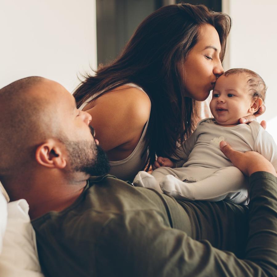 Madre y padre con bebé pequeño