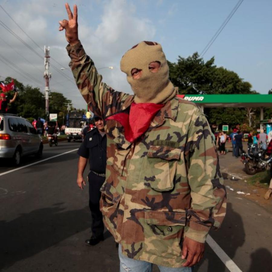 """Un partidario del Gobierno de Daniel Ortega en la celebración del 39 aniversario del """"Repliegue"""" en Masaya, Nicaragua, el pasado viernes."""