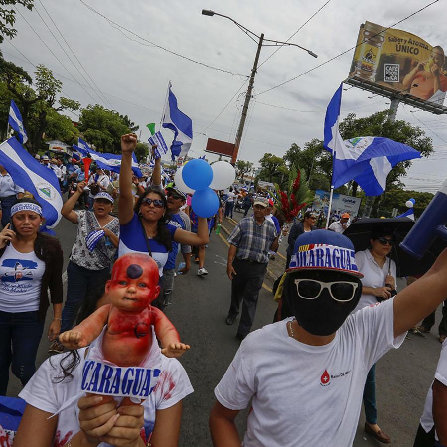 El pueblo de Nicaragua participa en una protesta llamada la Marcha de las flores para recordar a los niños asesinados durante los pasados dos meses.