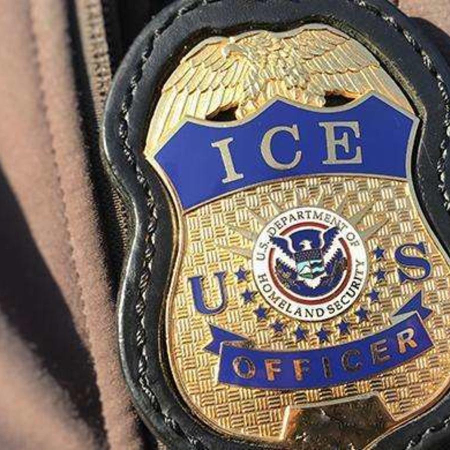 Los estafadores se hacen pasar como agentes de ICE.