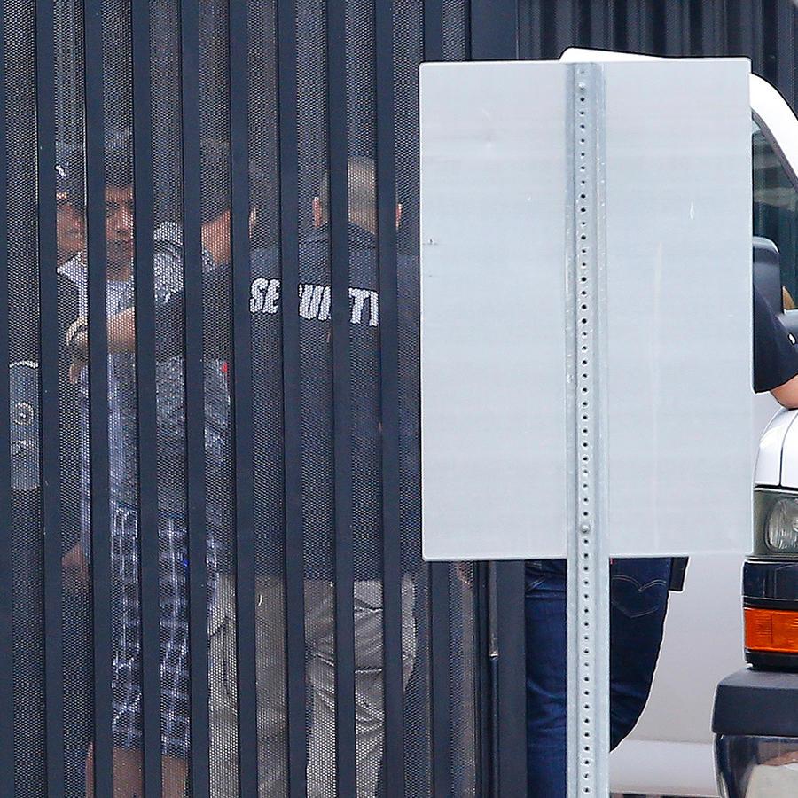 Autoridades trasladan a niños inmigrantes a una camioneta desde un centro de detención juvenil a un lugar no revelado el martes 10 de julio de 2018 en Phoenix