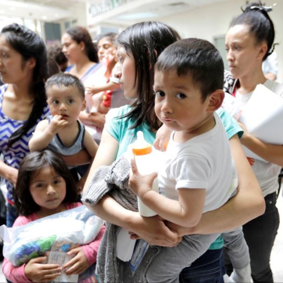 Mujeres y niños inmigrantes este junio tras ser procesador por agentes de Aduana y Protección Fronteriza en McAllen, Texas.