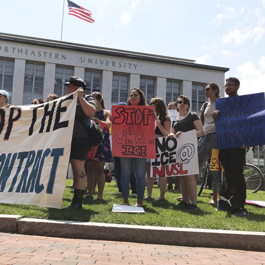 En esta foto de archivo del 11 de julio de 2018, estudiantes y activistas en la Universidad Northeastern en Boston reclaman que la institución cancele un contrato multimillonario de investigaciones con la policía de inmigración y aduanas ICE.
