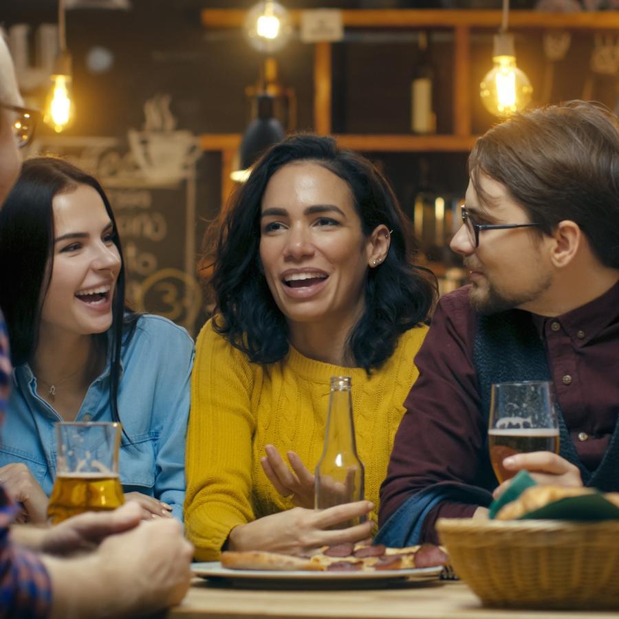 Grupo de amigos conversando