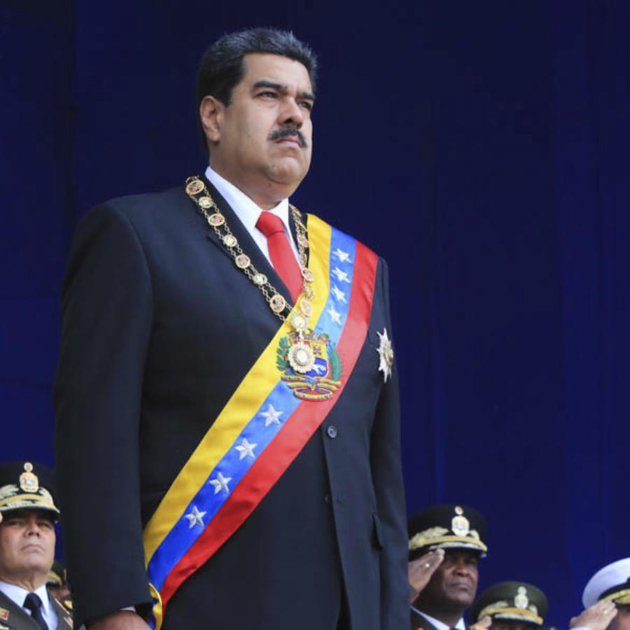En esta fotografía proporcionada por el palacio presidencial de Miraflores, el presidente Nicolás Maduro permanece de pie durante un evento para conmemorar el 81er aniversario de la Guardia Nacional, en Caracas