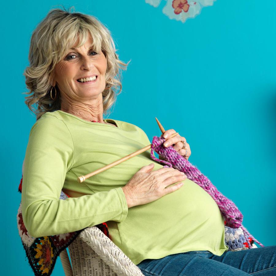 Mujer mayor embarazada
